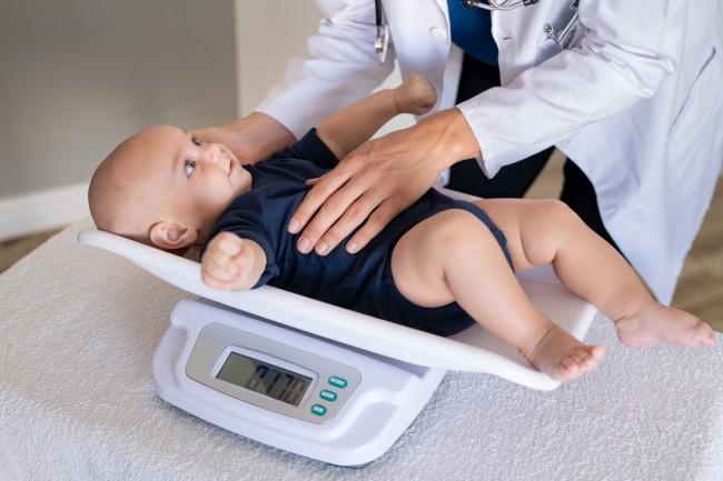 de ce bebelușii își pierd greutatea