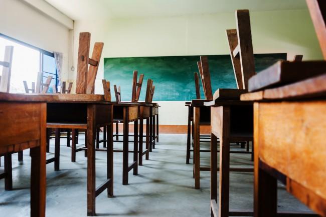sala de clasa goala, cu scaunele pe mese