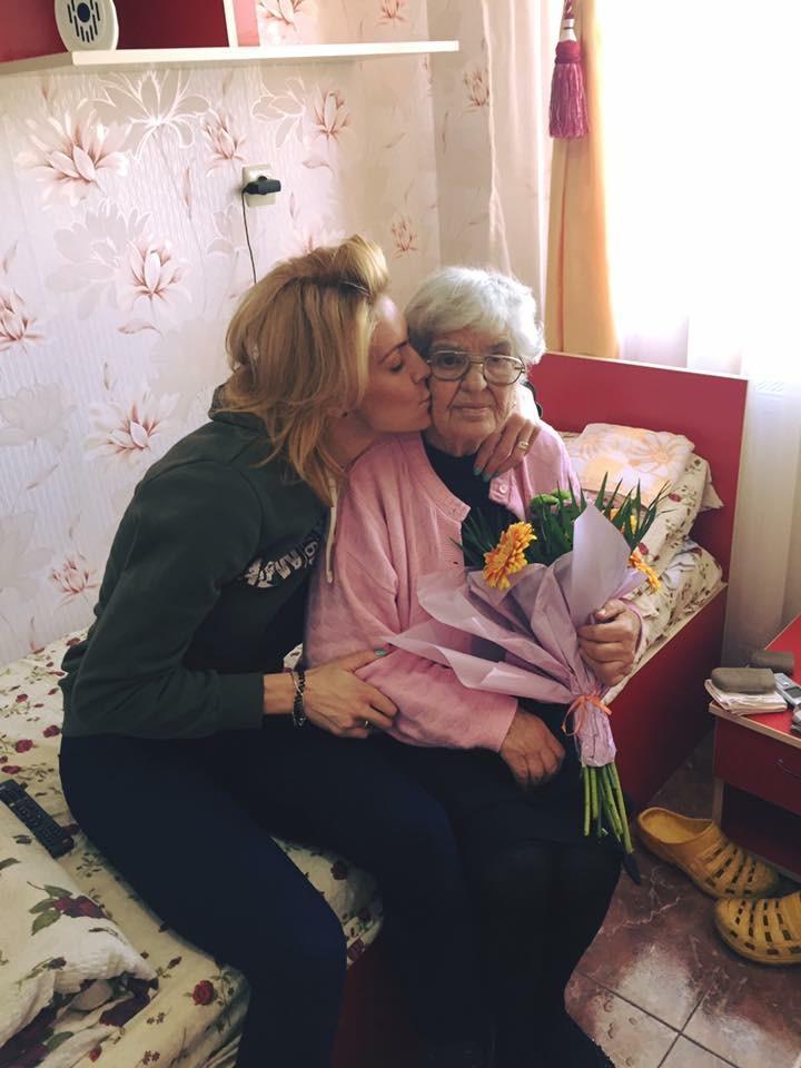 Roxana Ciuhulescu si bunica ei