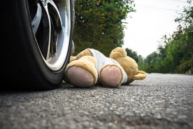 ursulet de plus sub rotile unei masini