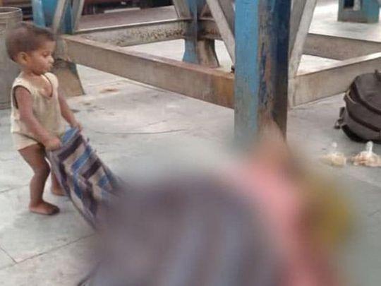 Un copil încearcă să-și trezească mama decedată într-o stație de tren