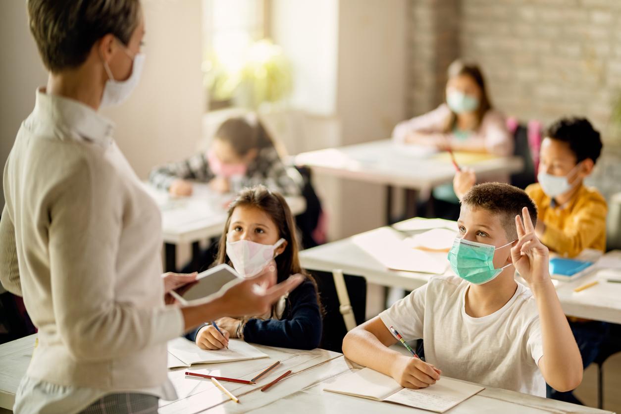 elevi cu masca la scoala in timpul orei