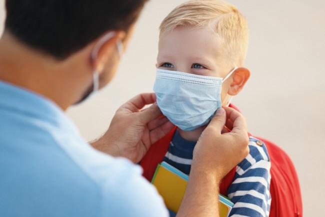 copil cu masca de protectie