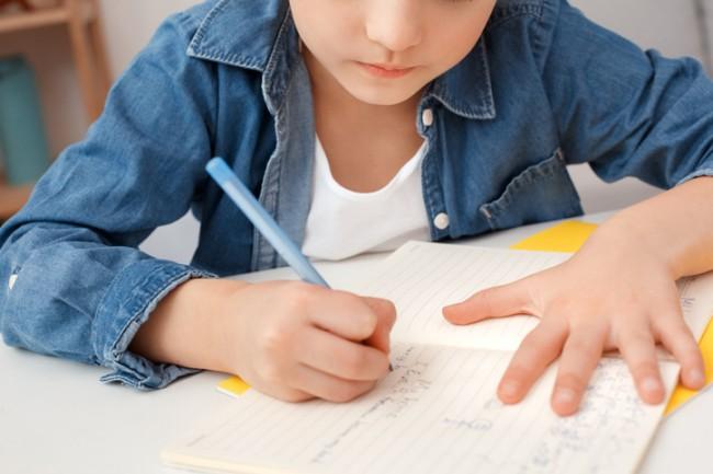 fetita care isi face temele