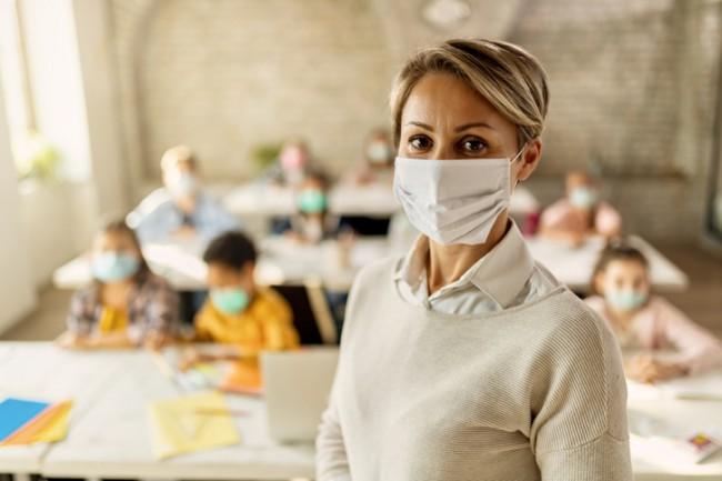 profesoara care poarta masca de protectie