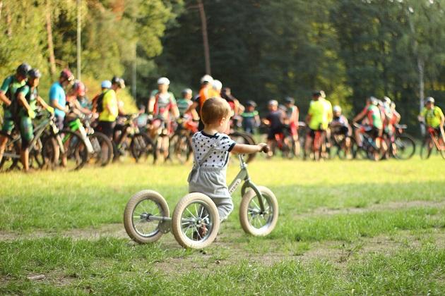 copil care se plimba cu bicicleta