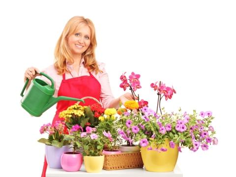 Femeie si ghivece cu flori
