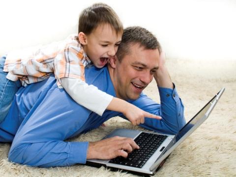 Tata si fiu cu laptop