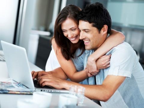 Tanara si partener cu laptop