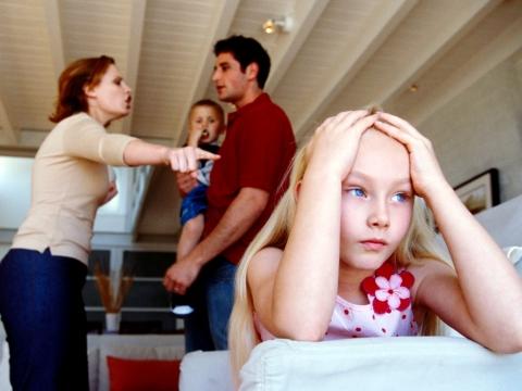 Parinti certandu-se in fata copiilor