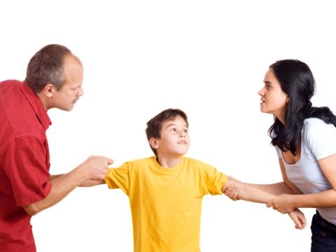 Parinti disputandu-si copilul