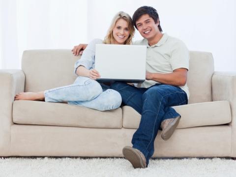 Cuplu cu laptop