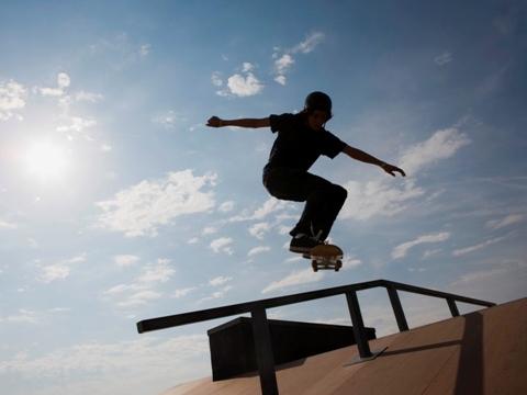 Copil cu skateboard