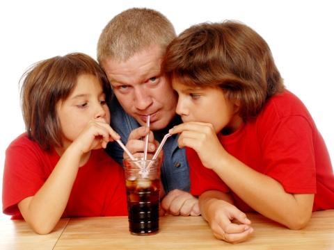 Tatal si fiii sai impart o bautura carbogazoasa