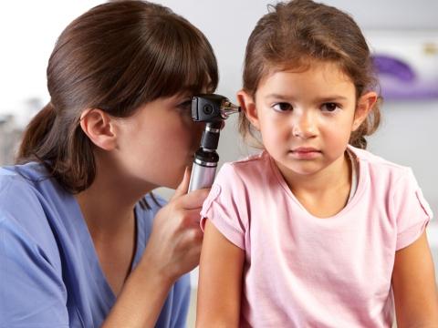 Medic consulta o fetita