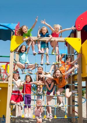 copii joaca in parc