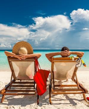 cuplu la soare pe plaja