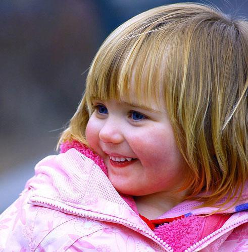 Poza cu fetita blonda, fericita