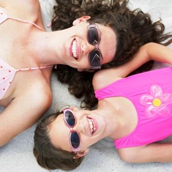 Poza mama si copilul la plaja ochelari de soare