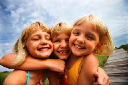 Poza copii fericiti se joaca la mare