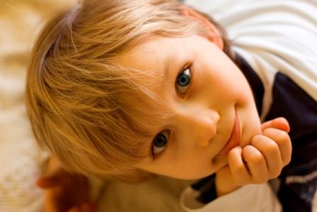 Poza copil frumos cu ochii albastri