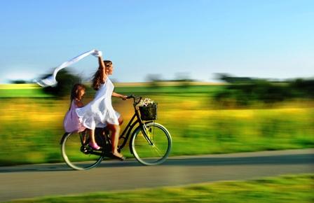 Poza mama si copilul pe bicicleta