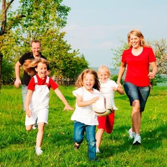 Poza mami, tati si copiii alearga in parc