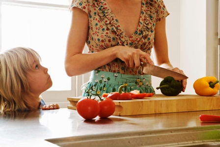 Poza mama si copilul la bucatarie
