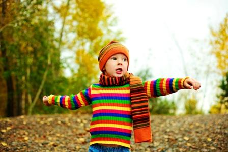 Poza copil in parc toamna arunca pietre