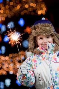 Poza copil cu artificii stelute de Craciun