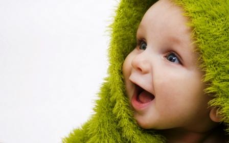 poza bebe fericit