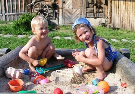 poza copii mici se joaca in aer liber