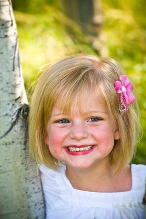 poza fetita vesela blonda cu ochi albastri