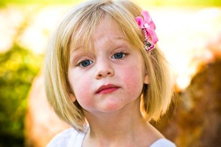 poza fetita mica blonda cu ochii albastri