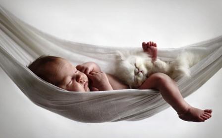 poza bebe mic si adormit