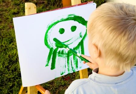 poza copil care picteaza