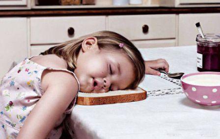 poza fetita adormita cu capul pe masa