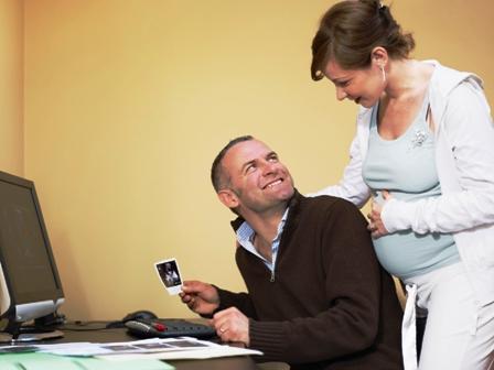 Poza femeie gravida si sotul, la ecograf