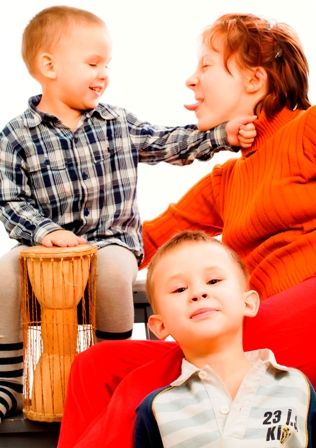 Poza mama si copiii in joaca