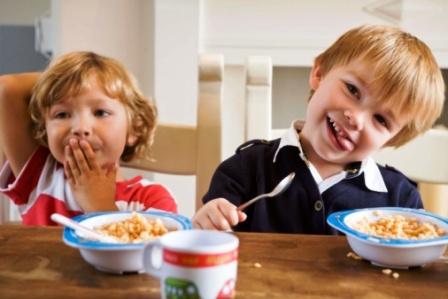 poza copii micul dejun