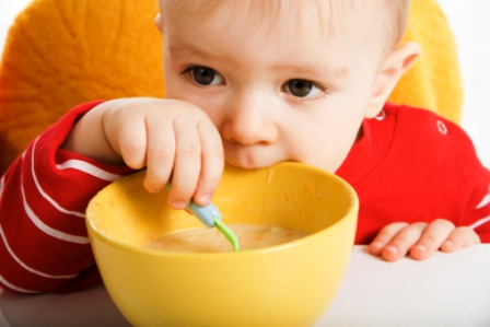 poza copil mananca la micul dejun