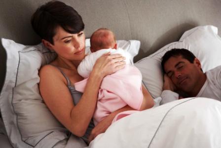 poza mama cu bebe in brate la culcare tata doarme
