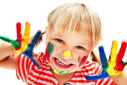 poza fetita la ora de desen creativitatea copilului