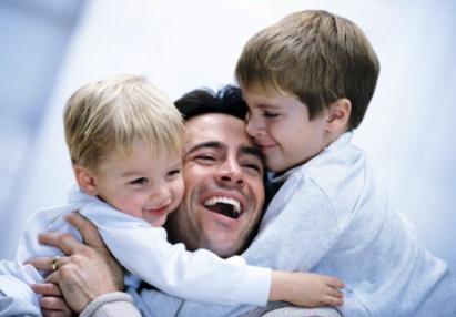 poza tata si copiii se joaca