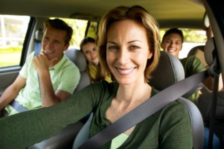 poza mama la volan familia in masina