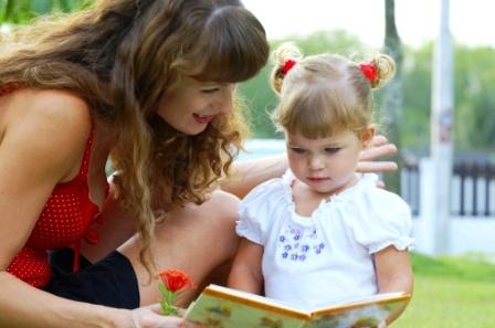 poza mama si copilul citesc