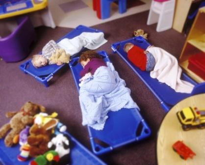 poza copii dorm la gradinita