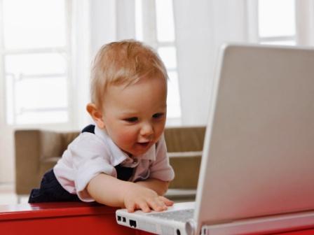poza copil mic la laptop