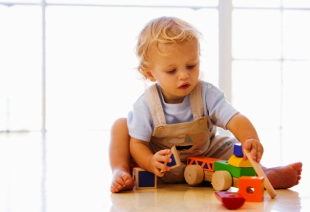poza copil la cresa Montessori se joaca