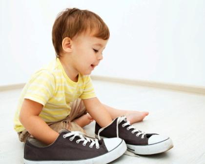 poza copil alege pantofi